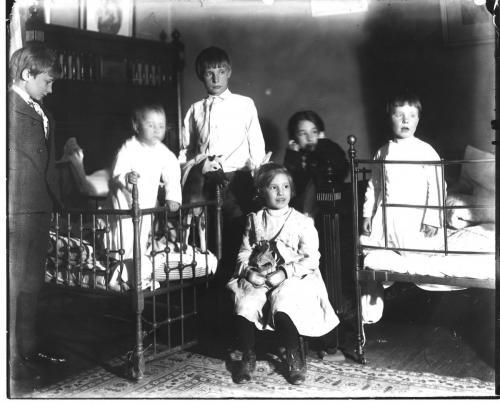 Carus children in beds